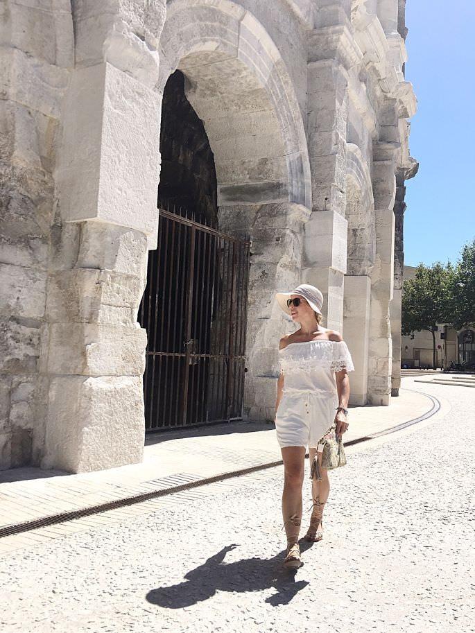 frankreich-amphitheater-theater-arenes-de-nimes-gladiatoren-sandalen-lespecs-outfit-025