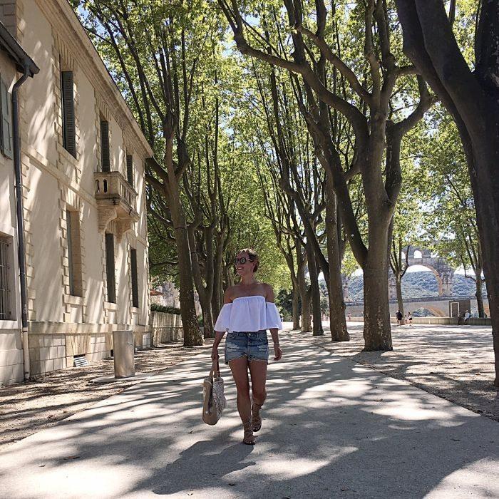 Aquädukt Pont du Gard Outfit Offshoulder Bluse Denim Shorts & Star Mela Bag