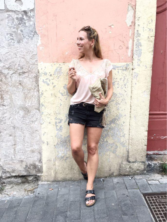 frankreich-sète-birkenstock-nieten-denim-shorts-lespecs-outfit-002