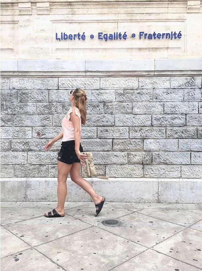 frankreich-sète-birkenstock-nieten-denim-shorts-lespecs-outfit-013