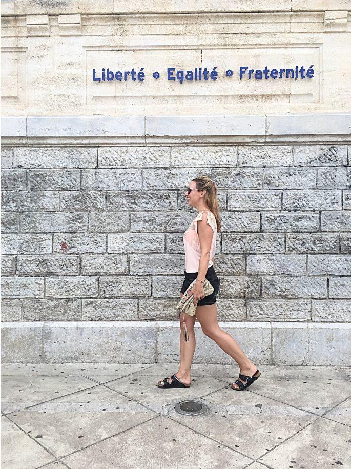 frankreich-sète-birkenstock-nieten-denim-shorts-lespecs-outfit-015