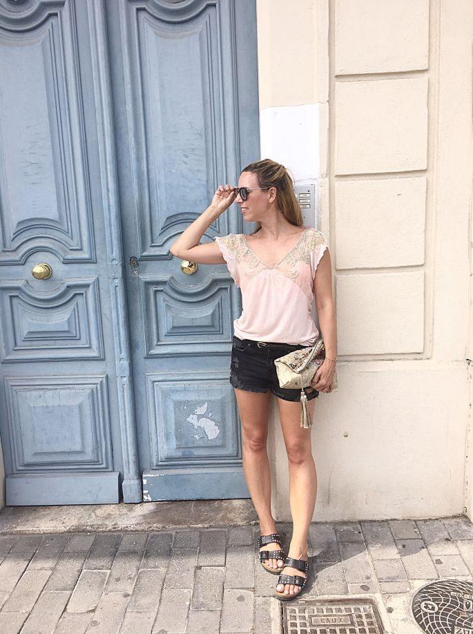 frankreich-sète-birkenstock-nieten-denim-shorts-lespecs-outfit-019