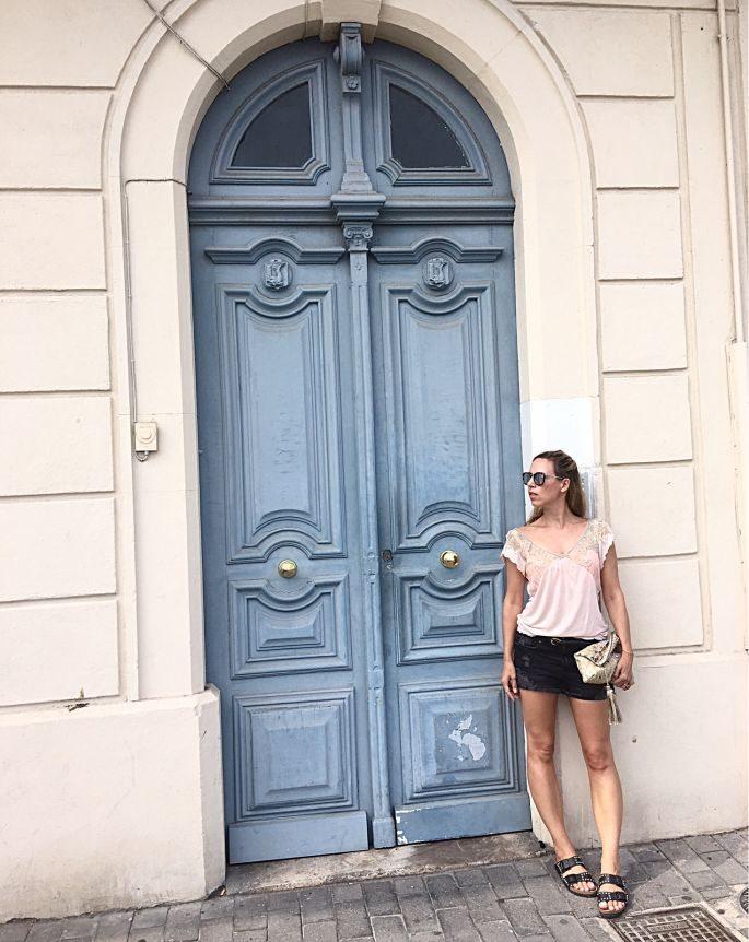 frankreich-sète-birkenstock-nieten-denim-shorts-lespecs-outfit-020