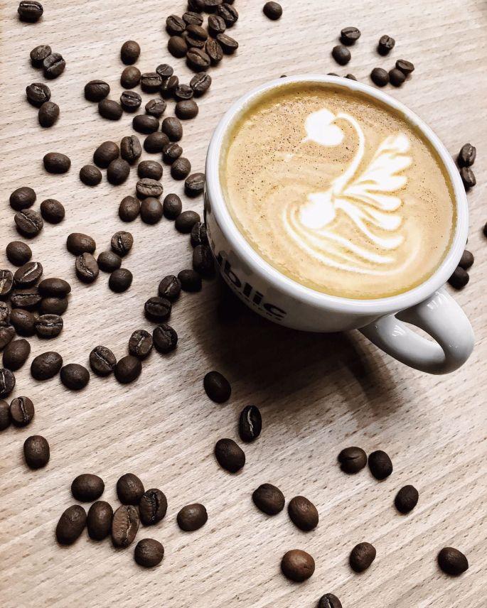 Latte Art bei der Barista-Schulung von den Public Coffee Roasters Hamburg - Entenwerder