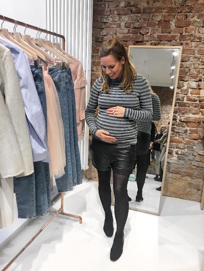 Streifenpullover und Ledershorts in der INLOVE Boutique in Ottensen