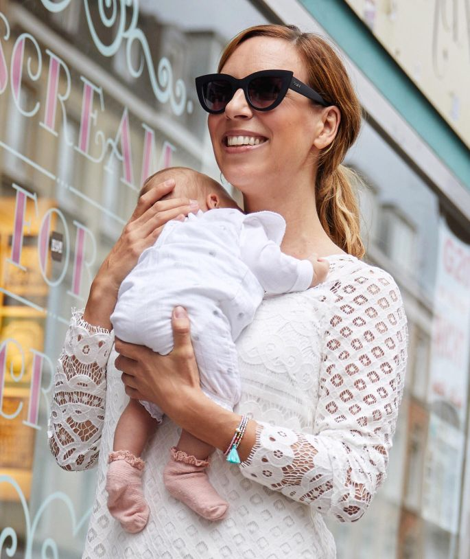 Frau mit Baby und Hund im weißen Spitzenkleid