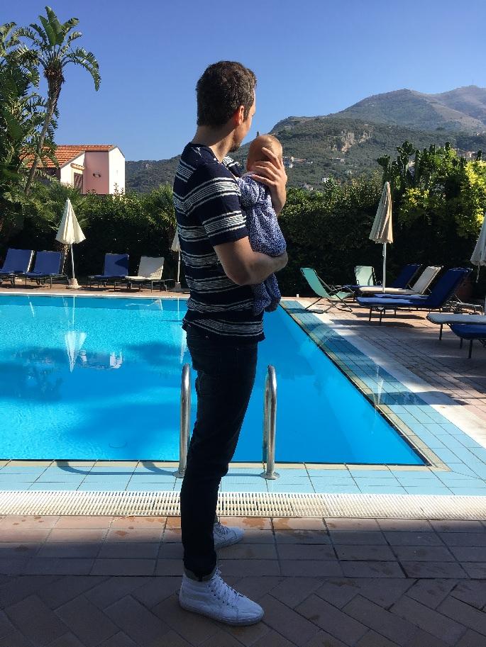 Mann und Baby vor dem Swimming Pool bei Sorrent