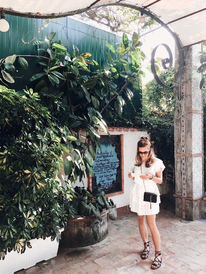 Frau im weißen Kleid in der Gartenanlage des Aequa Hotels bei Sorrent
