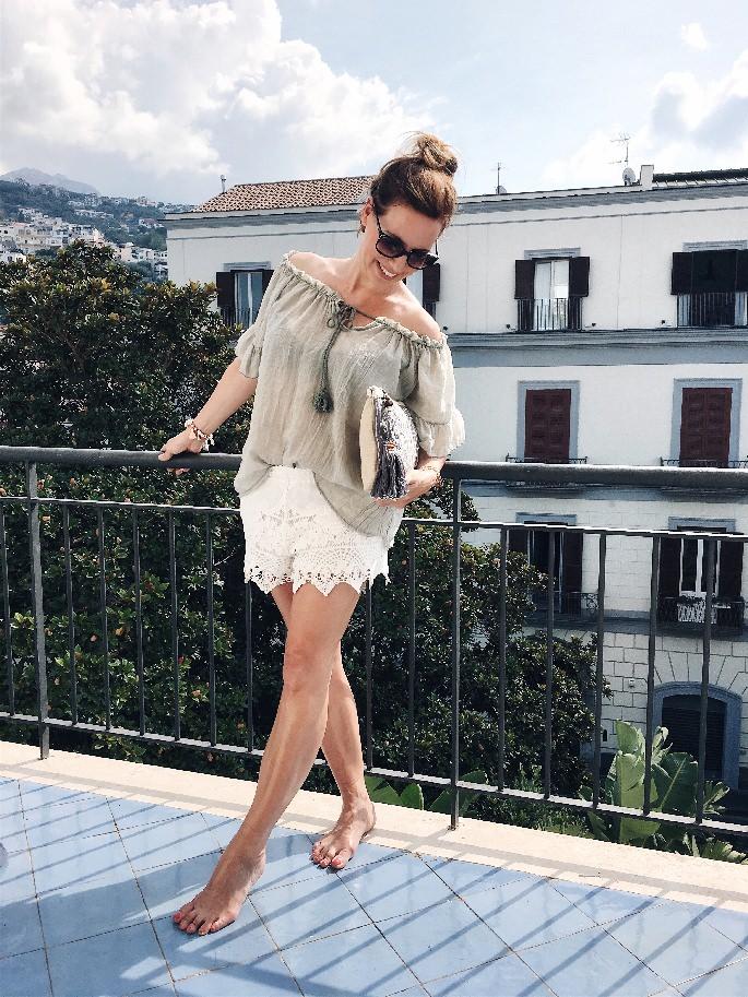 Frau auf dem Balkon in der Nähe von Sorrent
