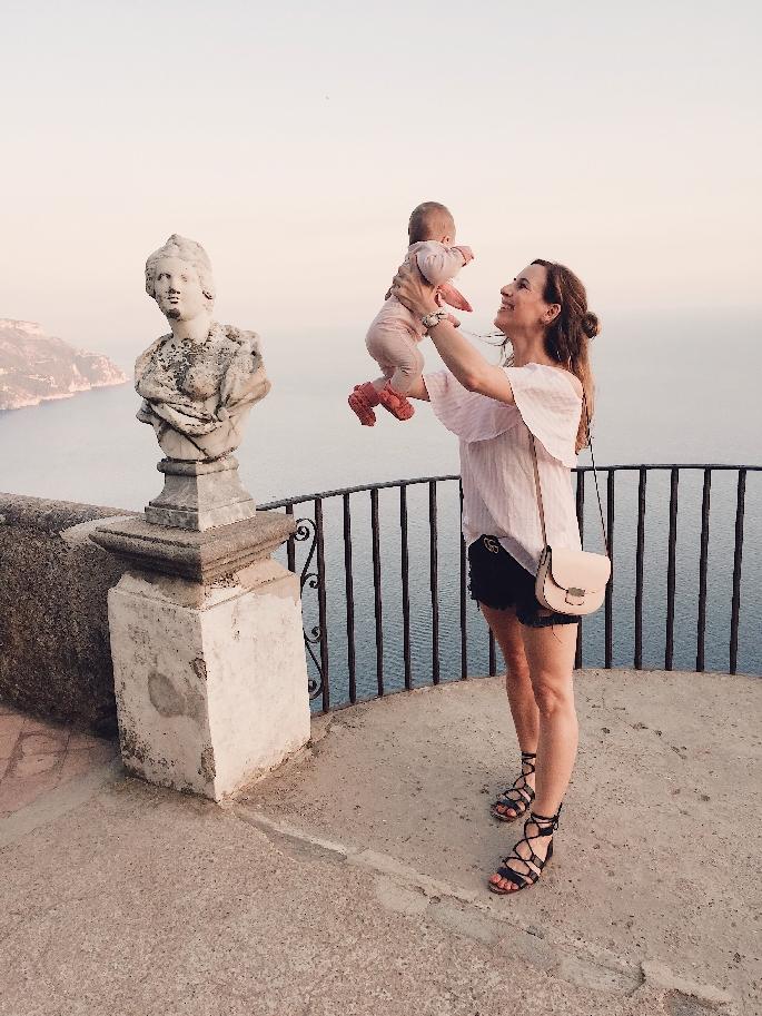 Frau mit Baby in der Villa Cimbrone in Ravello