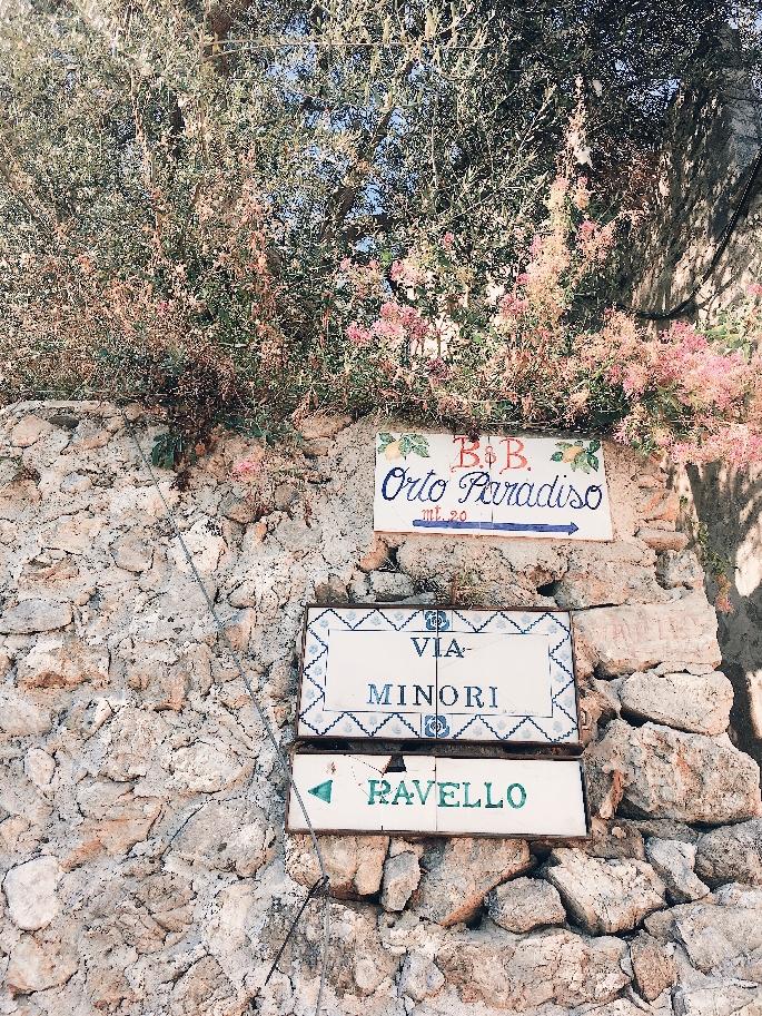 Blumen und Schilder Richtung Ravello an der Amalfiküste