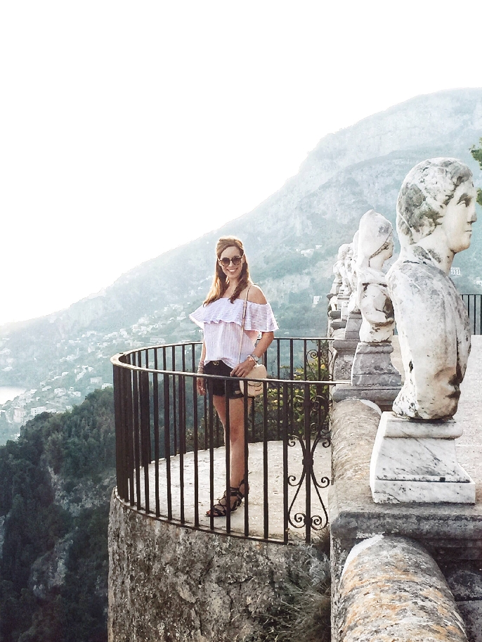 Frau mit Offshoulder Outfit in der Villa Cimbrone in Ravello