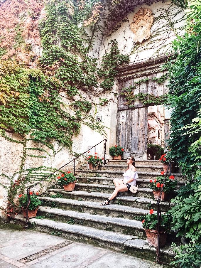 Eingang der Villa Cimbrone in Ravello - Offshoulder Outfit mit Céline Trotteur Bag