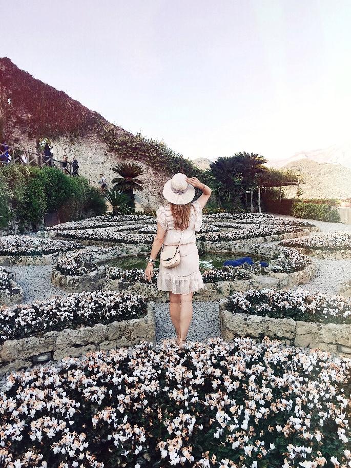 Parkanlage Villa Rufolo - Frau im rosafarbenen Kleid mit Céline Trotteur Bag