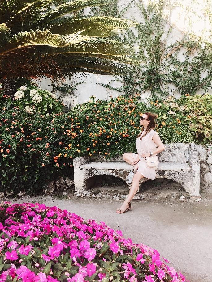 Parkanlage der Villa Rufolo - Frau im roséfarbenen Kleid und Céline Trotteur Tasche