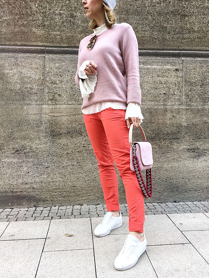 Outfit in den Farben rosa und rot
