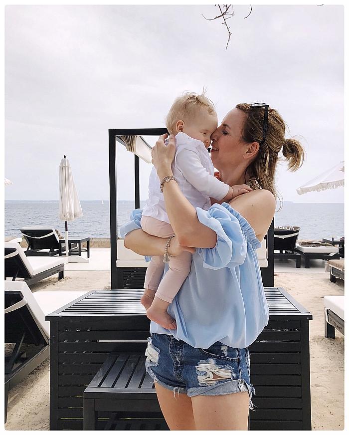 Baby und Mutter im Puro Beachclub auf Mallorca