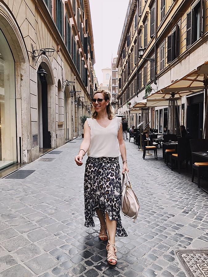 Rom Tipps Frau im Maxirock auf dem Weg zur Spanischen Treppe