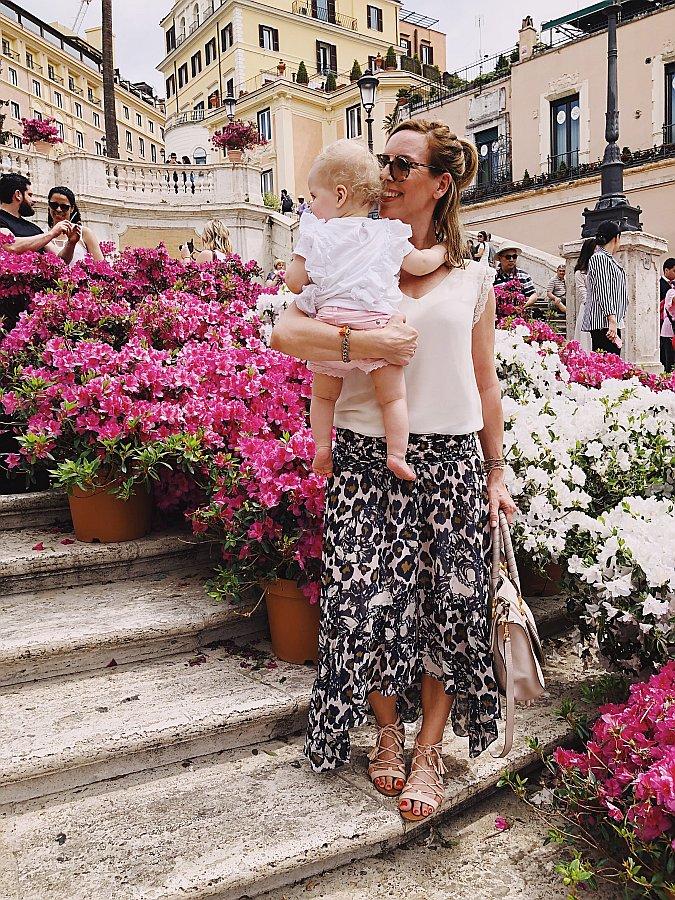 Rom Tipps Spanische Treppe mit Blumen Mutter mit Kind Maxirock