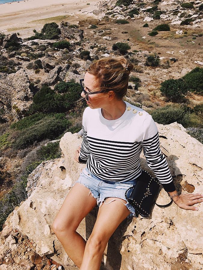 Basic Outfit gestreifter Pullover, Denim Shorts & Valentino Rockstud