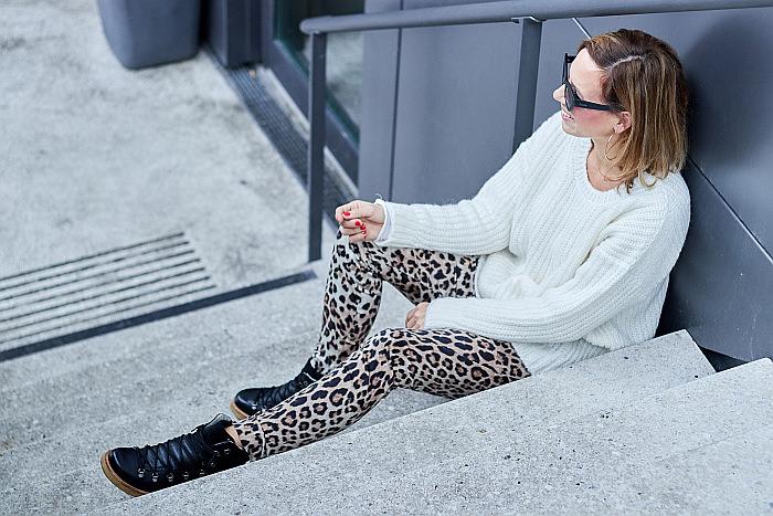 Outfit Inspiration Strick, Boots von Loveitgreenhamburg & Leopardenprint Hose von Fiveunits