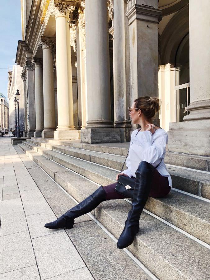 Weihnachtsoutfit Lederleggings Bordeaux Statement Bluse Overknee Boots Alba Moda