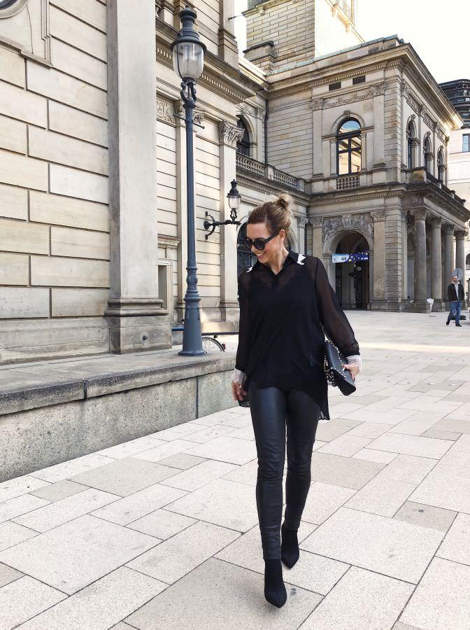 Weihnachtsoutfit Plissee Bluse Lederleggings schwarz Sock Boots Alba Moda