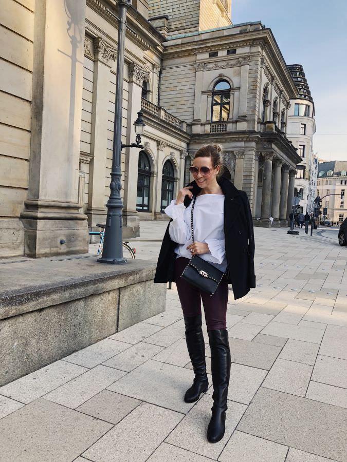 Festliches Outfit Lederleggings Bordeaux Statement Bluse Overknee Boots Alba Moda