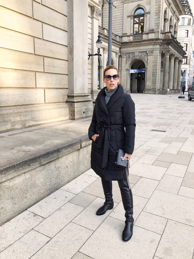 Weihnachtsoutfit Kaschmir Kleid Daunenmantel Overknee Boots Alba Moda