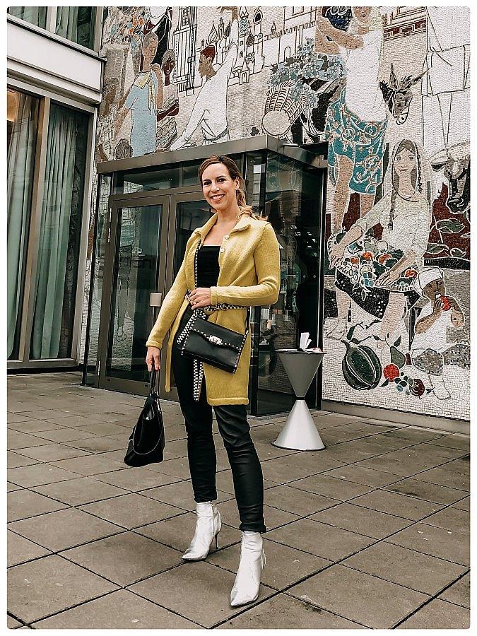 Bloggerin in Lederhose und gelbem Parati Cardigan während der Fashion Week Berlin
