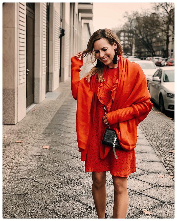 Frau im roten Kleid während der Fashion Week Berlin