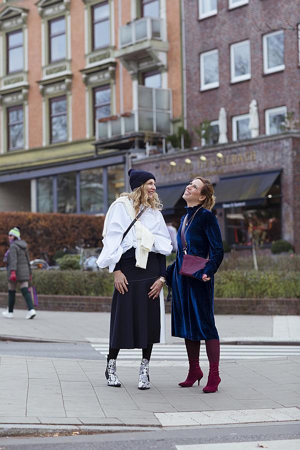 SoSue und Settebello_hh auf der Straße in Eppendorf im SoSue Samtkleid und Rock