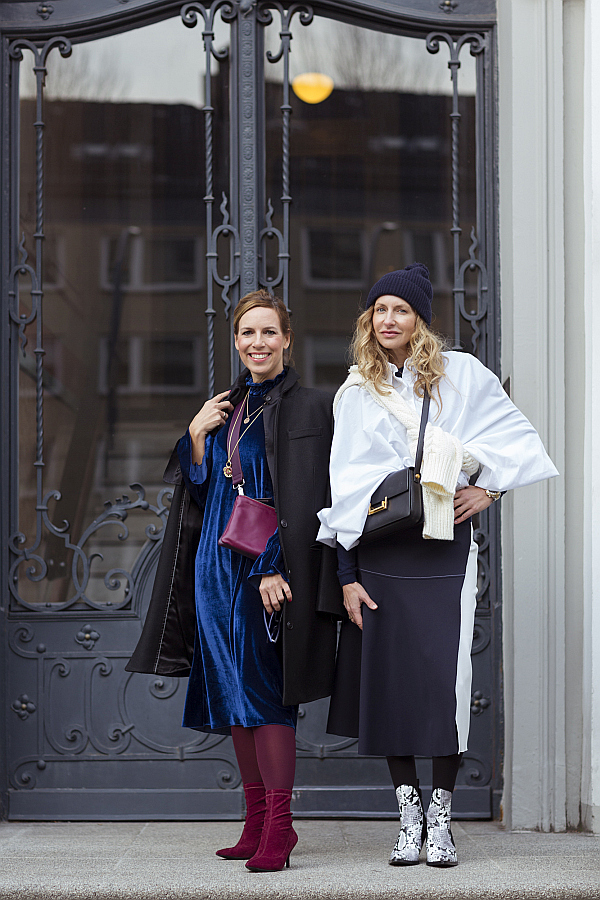 SoSue und Settebello_hh vor einer Tür im SoSue Samtkleid und Rock