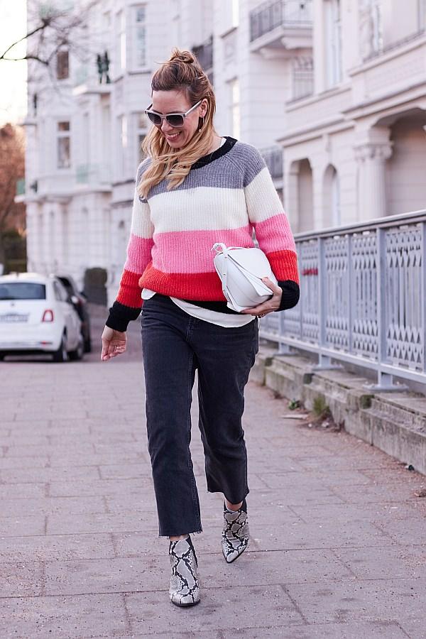 Valentinstagsgrüsse von Frau auf dem Bürgersteig mit Blockstreifenpullover und Wandler Tasche