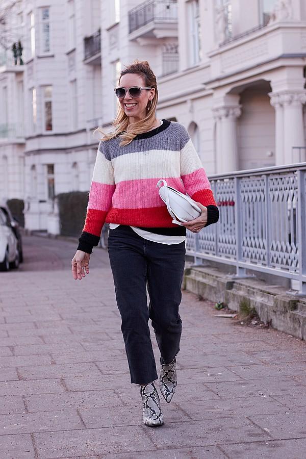 Valentinstagsgrüsse von gehender Frau mit Blockstreifenpullover und Wandler Tasche