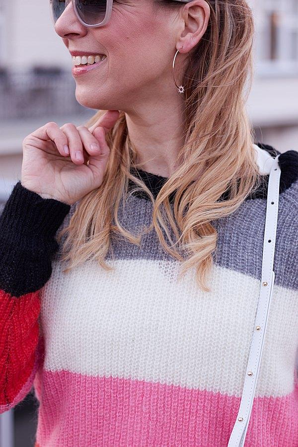 Valentinstagsgruesse im lässigen Look bestehend aus Blockstreifen Pullover und Leaf Ohrringen