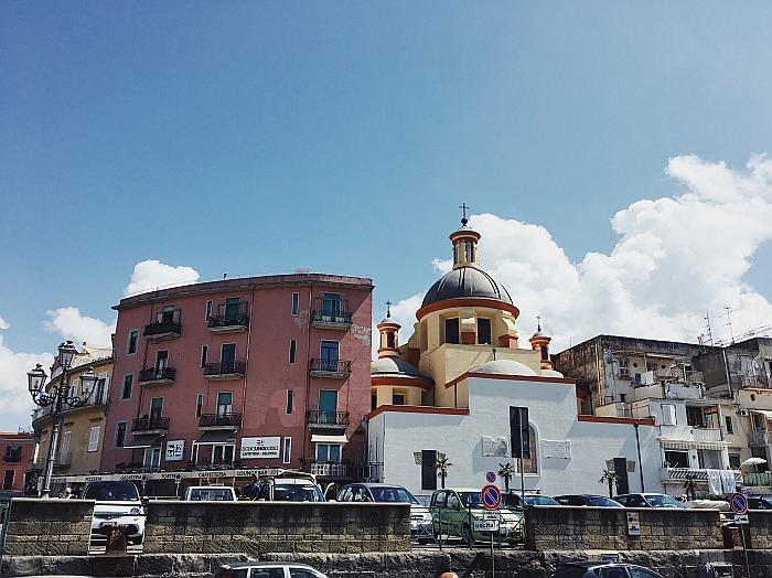 Vom Hafen in Neapel nimmt man die Fähre um die Ischia Sehenswürdigkeiten zu besuchen