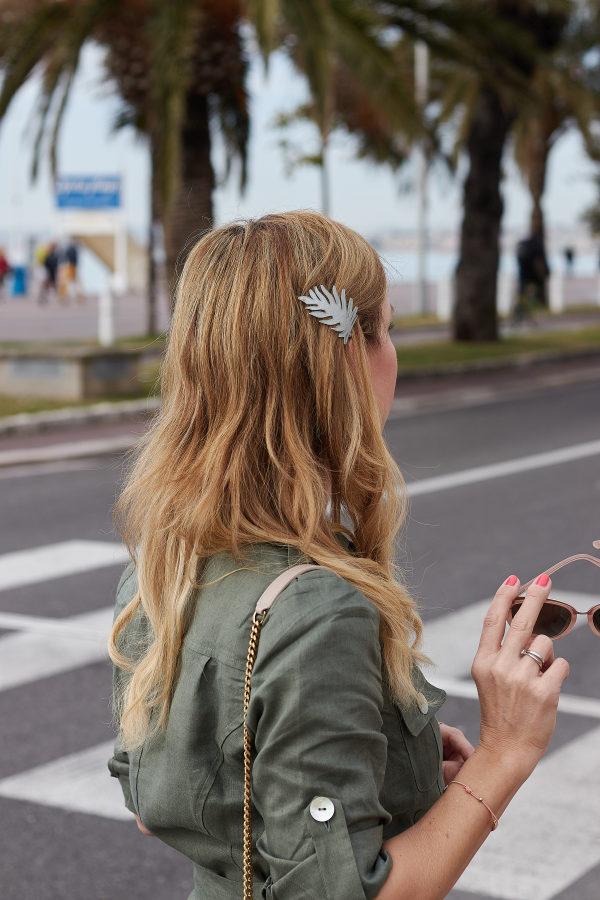 Khakifarbenes Kleid zum Osterbrunch in Nizza fotografiert
