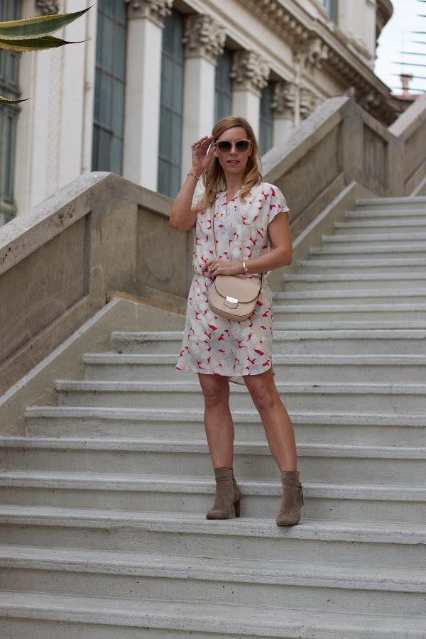 Gemustertes Kleid kombiniert zur Celine Trotteur Tasche als Styling zum Osterfrühstück