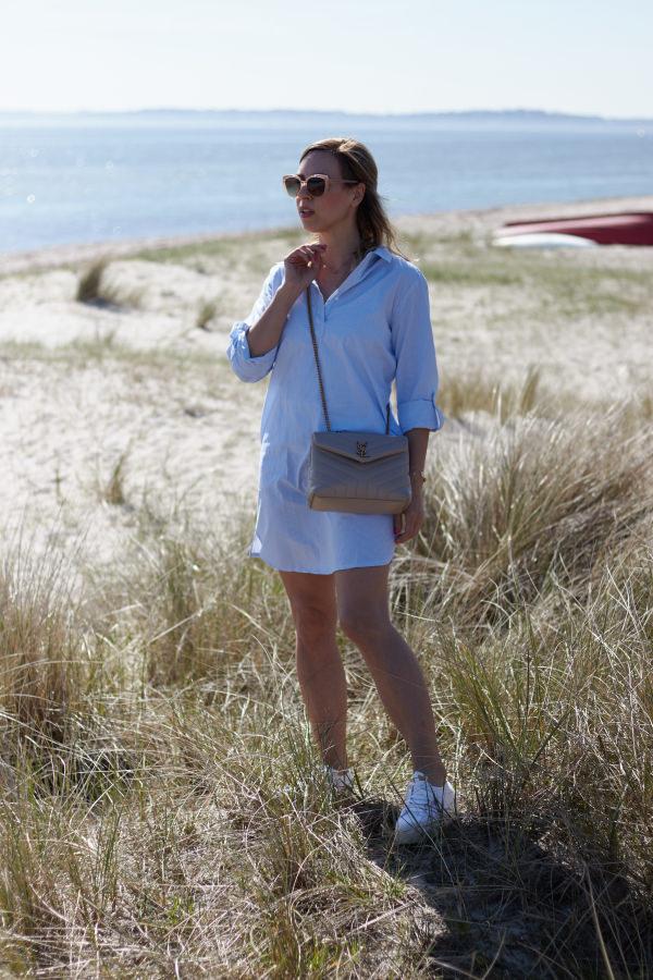 Hellblaues Hemdblusenkleid von Alba Moda am Strand von Karlsminde
