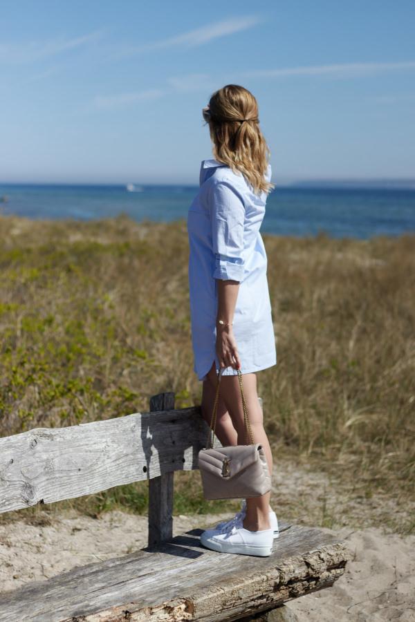 Hellblaues Hemdblusenkleid von Alba Moda und Leaf Schmuck am Strand von Karlsminde