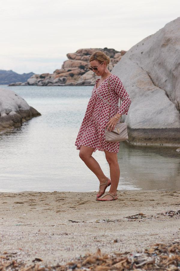 Dein Lieblingsladen Tunikakleid zur Saint Laurent Loulou Tasche und Leaf Muschel Schmuck auf La Maddalena Sardinien