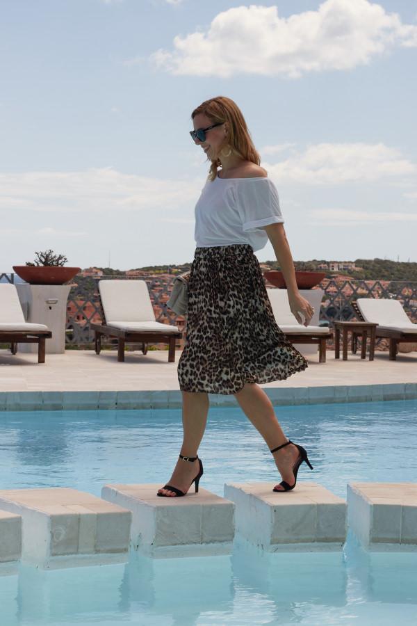 Mode heute und früher Rock im Leopardenmuster zum weißen T-Shirt am Pool in Porto Cervo Sardinien