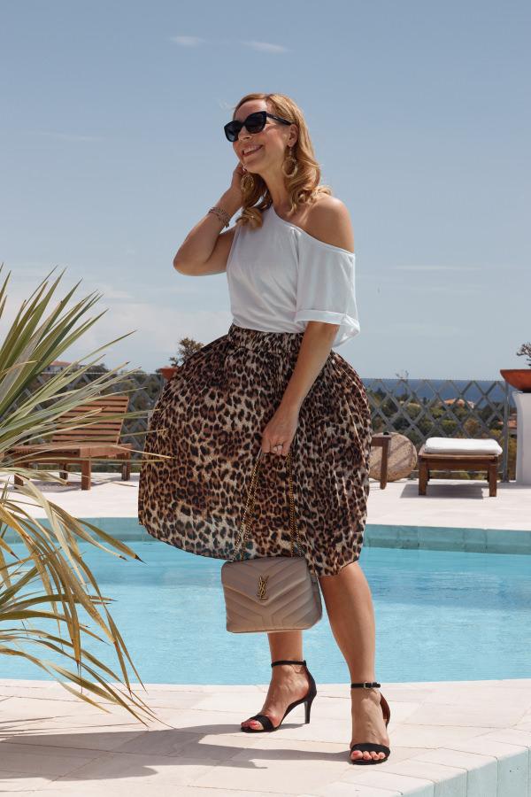 Mode heute und früher Rock im Leopardenmuster zum weißen T-Shirt am Pool