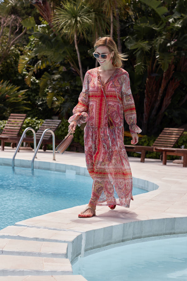 Modegeschichte der 1960er Frau im Maxikleid am Swimmingpool in Porto Cervo