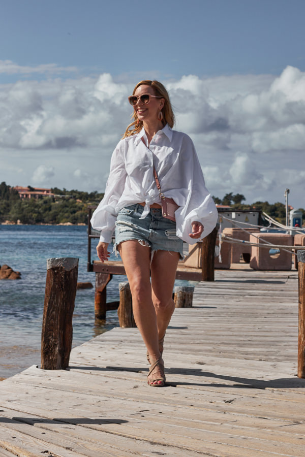 Weiße Sosue Antonia Bluse zu Denim Shorts