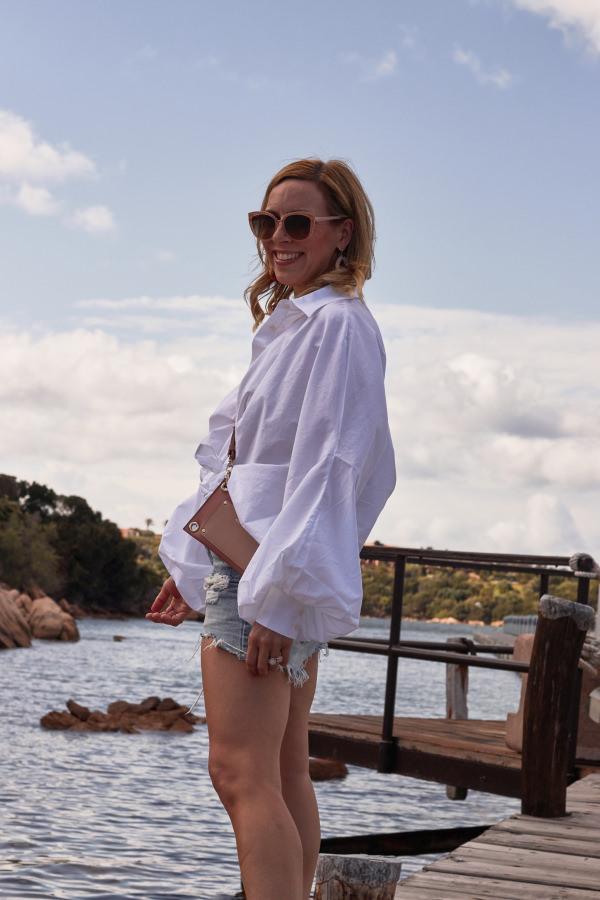 Sosue Antonia Bluse und Denim Shorts am Steg von Porto Cervo Sardinien