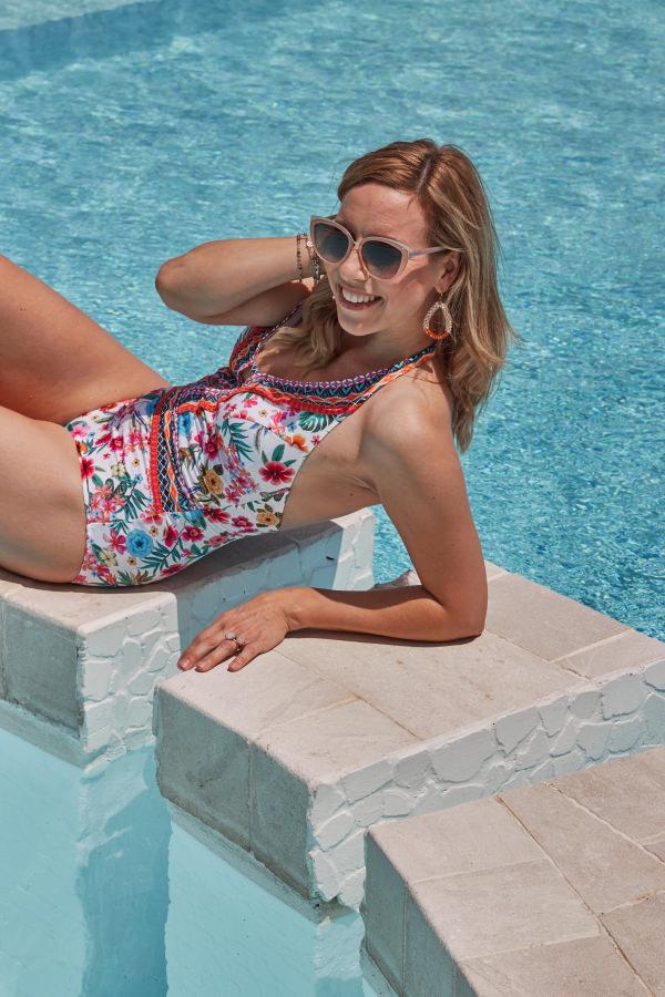 Strandmode 2019 Alba Moda Badeanzug am Swimming Pool Sardinien