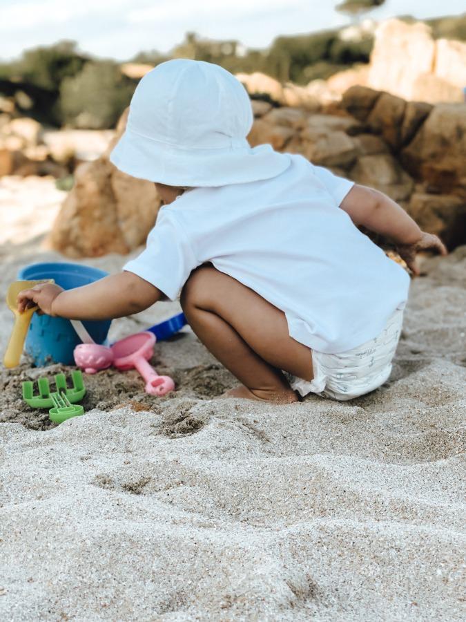 Baby am Strand für Windeltest Lillydoo