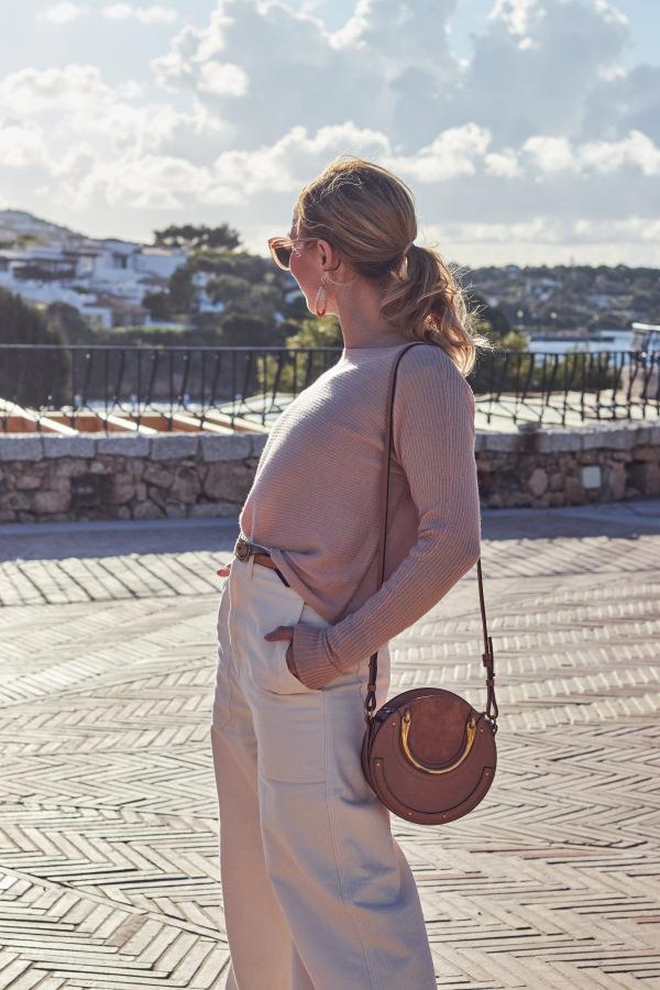 Schlaghose in creme und Chloé Pixie Bag in Porto Cervo